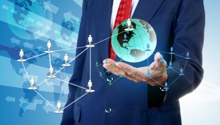 グローバルなソーシャル ネットワーク、ネットワーク ビジネス コンセプトにアクセスする実業家