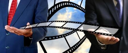 movie pelicula: Hombre de negocios que env�a la pel�cula de cine al comprador, concepto de negocio de pel�culas