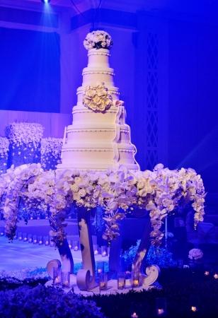 c�r�monie mariage: G�teau de mariage avec des fleurs d�corent la c�r�monie de mariage
