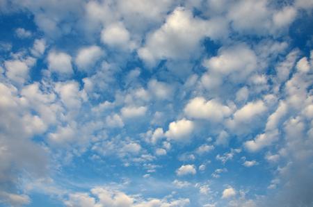 fresh air: L'aria fresca con un bel cielo nuvoloso sfondo Archivio Fotografico