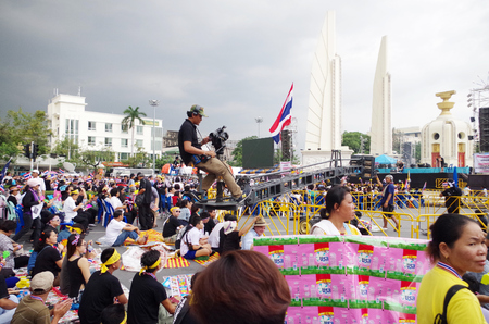 af: BANGKOK - NOVEMBER 9, 2013 : Anti-government protesters to the Democracy Monument on November 9, 2013 in Bangkok, Thailand. The protest Against The Amnesty bill in Bangkok, capital of Thailand  Editöryel