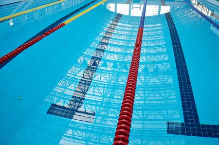 piscina olimpica: Nataci�n en el fondo de la piscina