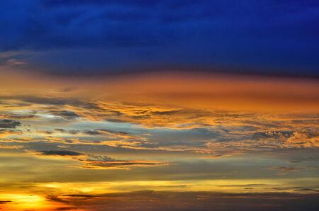 cielo atardecer: Cielo del atardecer Niza, Tailandia Foto de archivo