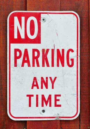 pared madera: Ninguna muestra del estacionamiento en la pared de madera Foto de archivo