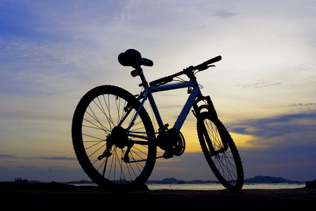 cielo atardecer: Silueta de bicicleta de monta�a con el cielo puesta de sol y de la isla, Chonburi, Tailandia