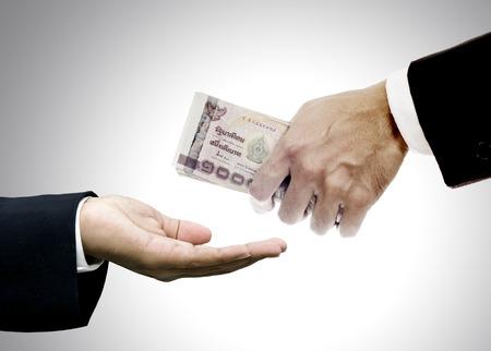 dare soldi: Dare soldi a intermediari