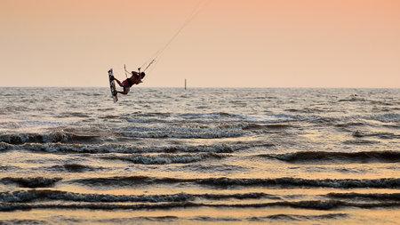 panning shot: Chonburi, Tailandia - 7 febbraio: Sportman gioco kitesurf sulla Fabruary 7, 2014 a Bangsean, Chonburi, Thailandia Editoriali