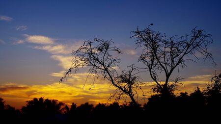 cielo atardecer: Puesta del sol con nubes en el cielo Foto de archivo