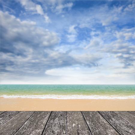 viento: Agradable terraza en la playa con el mar y el fondo bluesky