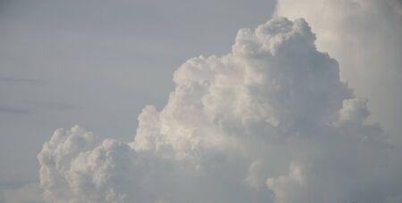 bella: Sullo sfondo bello cielo nuvoloso