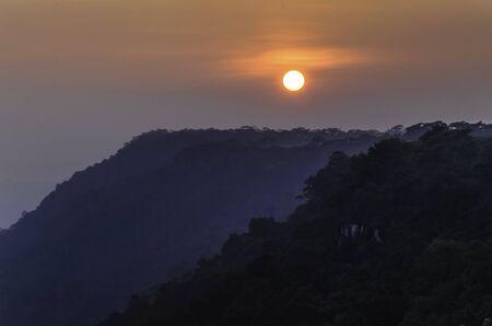 cielo atardecer: Sunset cielo al acantilado, Parque Nacional Phu Kradueng, Loei, Tailandia
