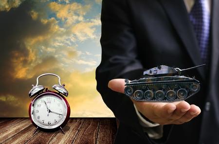 tanque de guerra: Tiempo para comprar concepto arma, tanque de guerra oferta de negocios en la mano