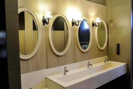 Beau miroir et le bassin dans la toilettes publique Banque d'images - 93760514