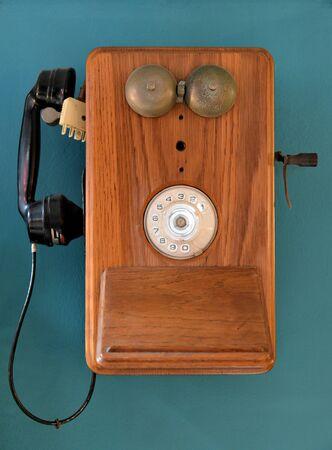 Vintage teléfono colgado en una pared.