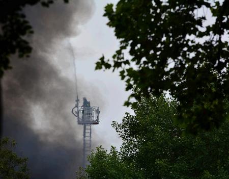 incendio casa: Bomberos en el incendio de una casa Foto de archivo