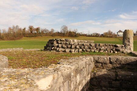 Muur- en pilaarresten van de oude tempel Grienmatt in de oude Romeinse stad Augusta Raurica bij Bazel