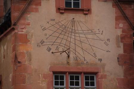 Zonnewijzer in een historisch gebouw in het kasteel van Heidelberg