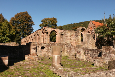 Remains of the old cloister on the monastery grounds of Hirsau Monastery in the Black Forest. In the background the Marienkapelle. Imagens