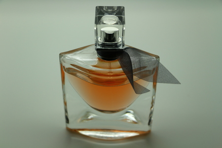 Close-up view of a transparent perfume bottle Imagens