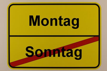 Graphical representation of the weekdays Sunday and Monday on a town sign Standard-Bild