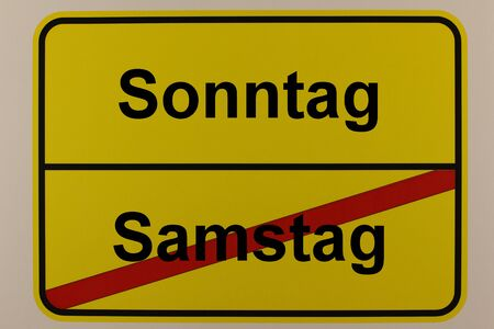 Graphical representation of the weekdays Saturday and Sunday on a town sign Standard-Bild