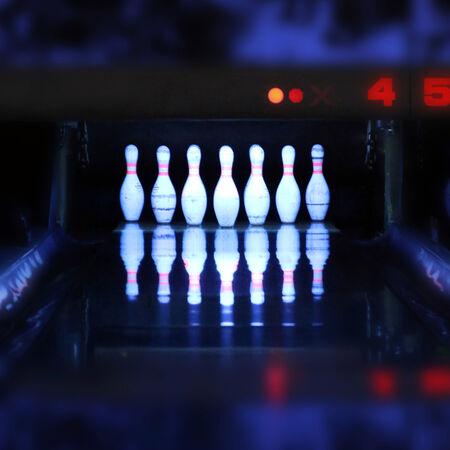 bowling pinnen met reflectie in de nacht