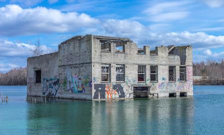 Rummu 採石場、エストニアのソビエト時間刑務所の沈没遺跡を放棄しました。業界 ex の遺跡は、古い石造りの建物に配置します。