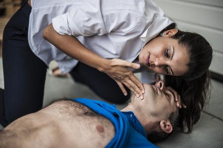 signos vitales: rescatador revisar los signos vitales hombre inconsciente
