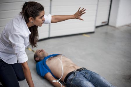 soccorritore via curioso di eseguire la defibrillazione