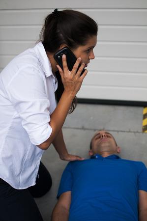 chiamate ragazza di servizi emeregnza dopo l'incidente