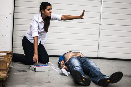 ragazza soccorrse uomo privo di sensi con defibrillatore