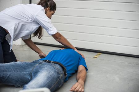 ragazza aiuta l'uomo incoosciente dopo svenimento