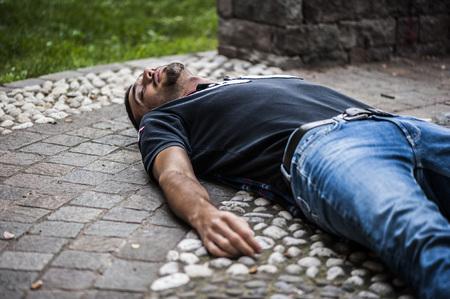 altruismo: niño inconsciente en el suelo debido a una enfermedad