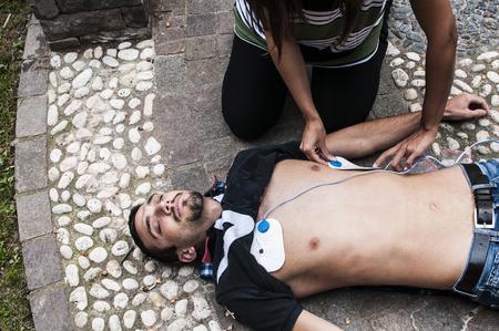 elettrodi di defibrillazione applicati al ragazzo privo di sensi