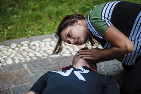 signos vitales: chica revisar los signos vitales a niño inconsciente después de la enfermedad