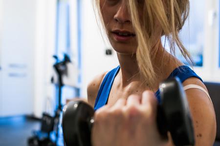 ragazza facendo esercizi di fitness, stretching, addominali sollevamento e peso Archivio Fotografico