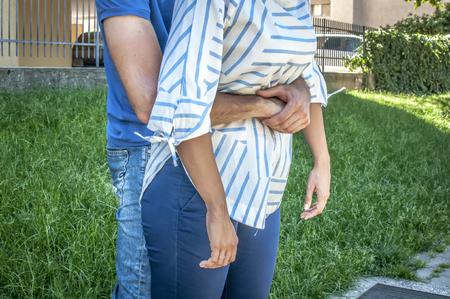 Guy doet de heimlich manoeuvreren naar een meisje terwijl ze chocking