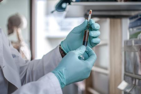 Doctor prepara una jeringa para vacunación Foto de archivo
