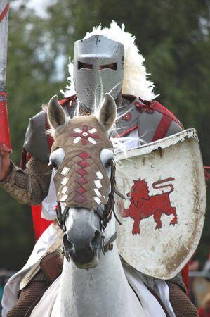 cavaliere medievale: Cavaliere galoppa verso il suo avversario nel torneo di giostra Archivio Fotografico