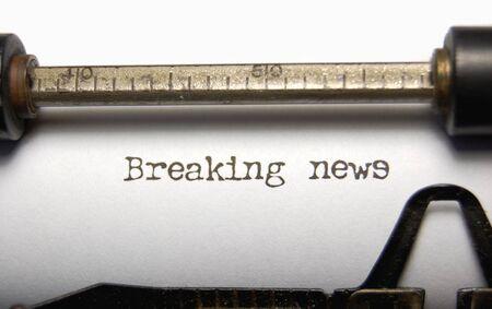 oude krant: Nieuws te breken op een oude schrijf machine