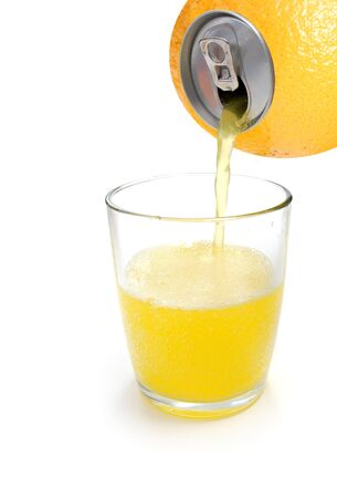 frutta sciroppata: Orange juice pouring from canned fruit