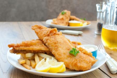fish and chips: Filetes de pescado frito con patatas fritas Foto de archivo