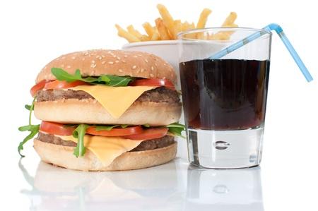Hamburger, patatine fritte e bevande cola