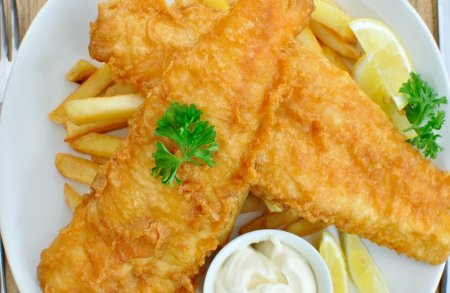 fish chips: Pescado y patatas fritas Foto de archivo
