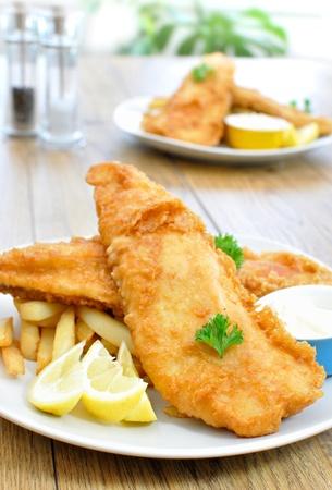 pescado frito: Pescado y patatas fritas Foto de archivo