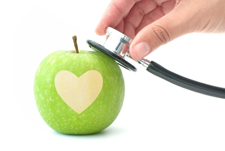 estetoscopio corazon: Estetoscopio y el corazón de manzana Foto de archivo