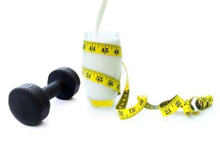 pesas: Mancuernas y un vaso de leche colada