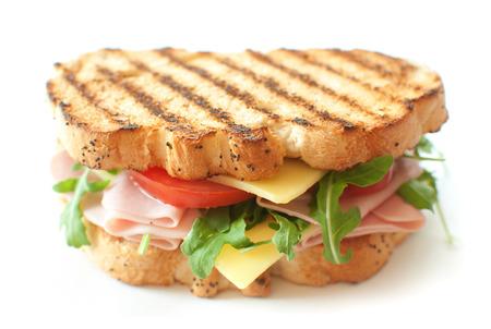 Sándwich a la plancha con jamón y queso y ensalada de rúcula