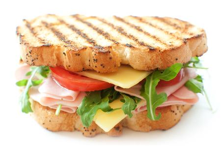 Gegrilde boterham met ham en kaas en rucola