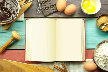 libros abiertos: Abra el libro de recetas en blanco rodeado de ingredientes